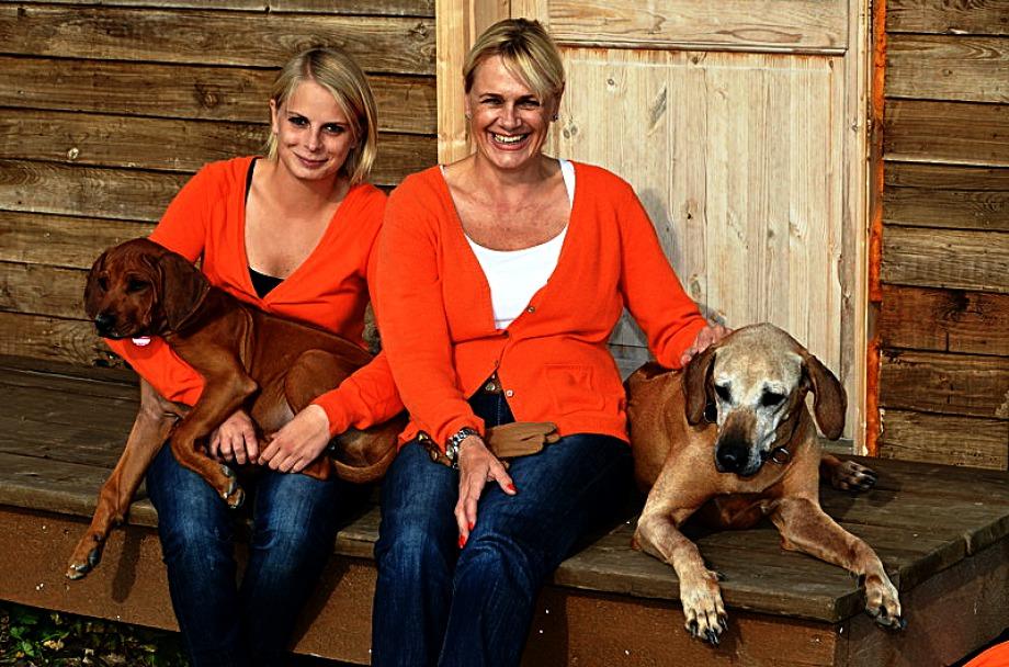 Karin und Isabella Seeberger mit ihren Hunden