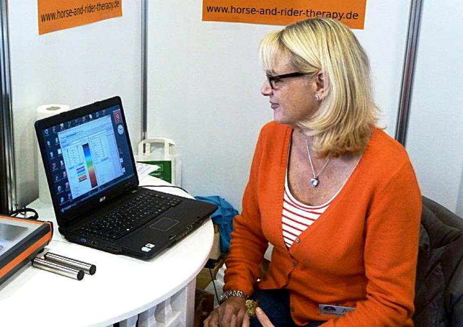 Karin Seeberger mit ihrem Bioresonanzgerät
