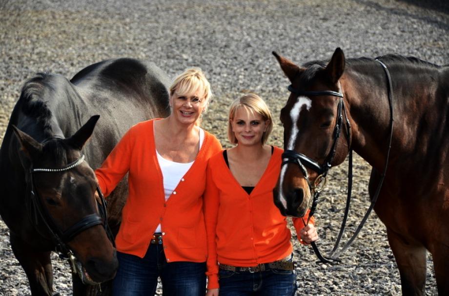 Karin und Isabella Seeberger mit zwei Pferden