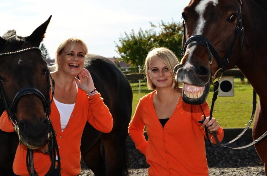 Karin und Isabella Seeberger mit Pferden